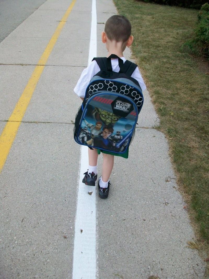 фото ребёнка с неправильно подобранным рюкзаком