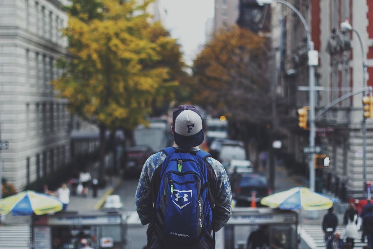 фото человека, купившего рюкзак